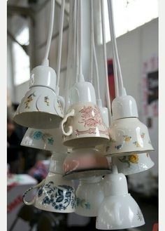 Non male come idea! Deco Cafe, Du Wirst Oma, Hanging Lights, Lampshades, Lamp Light, Diy Inspiration, Light Fixtures, Tea Cups, Coffee Cups