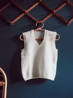 NEULEOHJE YKSINKERTAISEEN JA HELPPOON PAKSUUN VILLAPAITAAN | RKNITS ANNA | Reetta Pelli Drops Design, Basic Tank Top, Embroidery, Tank Tops, Knitting, Crochet, Anna, Women, Diy