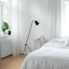 Schlicht und Weiß – Schlafzimmer mit Monstera und Grasshopper-style Leuchte von Community-Mitglied carinchen