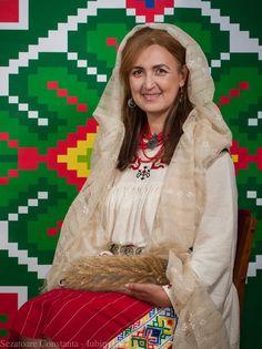 Costum popular din Constanta, Dobrogea  Camasa cu platca cusuta de catre doamna Epsen Memet, in cadrul sezatorilor organizate de catre Simona Niculescu.
