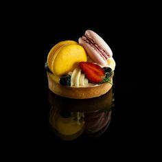 MACARON TARTE [Pâte sucrée, Vanilla Creme Diplomat, Berries, Macarons] | Howey
