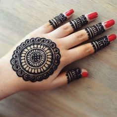 Many women do not want a full mehndi design such as the traditional ones and opt for simple designs that do not have lots of intricate elements. If you are one of them, then simple finger mehndi designs is the new trend you should watch out for! Circle Mehndi Designs, Round Mehndi Design, Henna Tattoo Designs Simple, Mehndi Designs For Kids, Back Hand Mehndi Designs, Finger Henna Designs, Simple Arabic Mehndi Designs, Mehndi Designs For Beginners, Mehndi Designs For Fingers