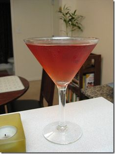 Pomtini This recipe is an oldie, but goodie! In a shaker, add ice, citrus-flavored vodka and a splash of grapefruit juice and pomegranate juice. Shake and strain into a martini glass. Garnish with a slice of lime. Low Calorie Cocktails, Healthy Cocktails, Non Alcoholic Drinks, Summer Drinks, Fun Drinks, Colorful Cocktails, Pomegranate Juice, Grapefruit Juice, Pineapple Juice