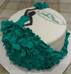 Really looks like a dress, love this cake Elegant Birthday Cakes, Fondant Cupcakes, Cake Decorating Techniques, Cake Decorating Tips, Birthday Cake Girls Teenager, Silhouette Cake, Girly Cakes, Barbie Cake, Fondant Decorations