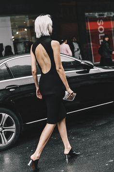 Las aberturas en vestidos poco estructurados y oscuros aportan una sensualidad increíble.