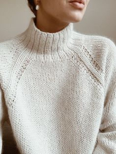 This pattern is in english // denne opskrift er på engelsk. sweater no. 9 is a heavy knit sweater with classic raglan sleeves and a high neck. Sweater Knitting Patterns, Free Knitting, Knitting Sweaters, Loose Knit Sweaters, Vogue Knitting, Knitting Machine, Vintage Knitting, Loom Knitting, Cardigans Crochet
