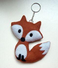 Niedlicher Anhänger für den Schlüssel oder die Tasche.  Der Fuchs besteht aus Filz und wurde mit Füllwatte befüllt. Ein Kettchen wurde fest vernäht,