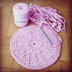 Pouf a la BautaWitch in progress. Knit Or Crochet, Chrochet, Crochet Hats, Crochet Baskets, Diy Crafts Crochet, Animal Pillows, Litter Box, Projects To Try, Crochet Patterns