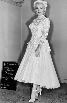 """1953 - """"Gentlemen Prefer Blondes"""" costume screen test with Marilyn Monroe in a classic tea length wedding dress Costume Marilyn Monroe, Marilyn Monroe Wedding, Marilyn Monroe Fotos, Joe Dimaggio, Movie Wedding Dresses, Wedding Movies, Wedding Gowns, Gentlemen Prefer Blondes, Peignoir Satin"""