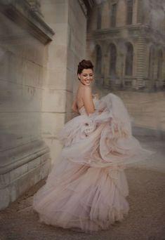 Robe de mariée en mousseline rose pâle