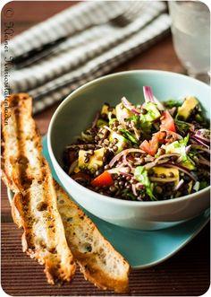 Kleiner Kuriositätenladen: Belugalinsensalat mit Avocado