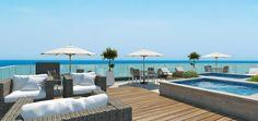 Decorar un deck sobre la terraza en un edificio en la playa frente al mar. El edificio Bay View Apartments tiene departamentos en venta frente a la playa de Salinas Ecuador