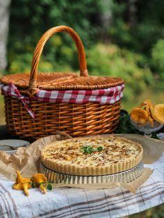 Herkullinen Pekoni-Kanttarellipiirakka | Annin Uunissa Picnic, Baking, Bread Making, Patisserie, Backen, Picnics, Picnic Foods, Sweets, Roast