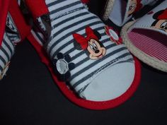 Sandalinhas Minnie, da Disney,   risquinhas, sola antiderrapante às bolinhas, tamanhos de momento, dos 3 aos 12 meses  13 € portes de correio incluidos para Portugal Portugal, Flip Flops, Sandals, Disney, Shoes, Women, Fashion, Polka Dot, Moda