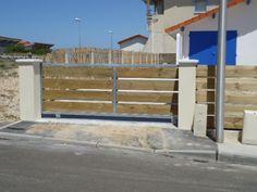 portail avec cadre en acier galvanisé et lames de bois disjointes