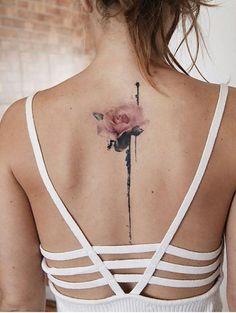 tatuaje espalda, mujer flaca con espalda descubierta, tatuaje delicado con rosa rosada y tallo en la columna vertebral