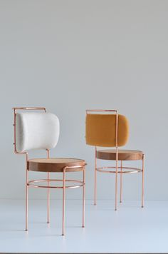 Cadeira IAIÁ byGustavo Bittencourt draws inspiration from Brazilian modernism. Appearingfeminine in shape, the chair is made using copper, solid wood, straw (for the seat) and fabric (for the backrest).