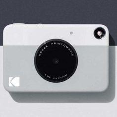 최근 폴라로이드(Polaroid) 소식을 전해드렸는데요. 이번엔 코닥(Kodak)입니다. 코닥의 사정도 폴라로이드와 별반 다르지 않습니다. 한때는 필름과 아날로그 카메라를 상징했지만, 2012년에 파산 신청을 했죠. 폴라로이드와 함께 시대 변화에 대응하지 못한 대표적인 사례라고