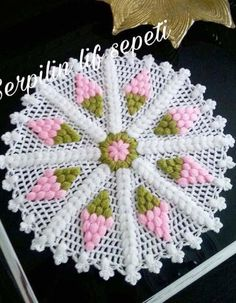 This post was discovered by Funda AYBAL. Discover (and save!) your own Posts on Unirazi.Gorgeous Flower to Crochet Cute Crochet, Crochet Crafts, Crochet Doilies, Crochet Projects, Knit Crochet, Quick Crochet, Diy Crafts, Puff Stitch Crochet, Filet Crochet