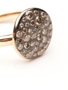 This lovely new addition to the Sabbia Collection is an APJ favorite. The displayed disc is paved in brown diamonds 0.68 ct while the ring is composed of 18kt rose gold.