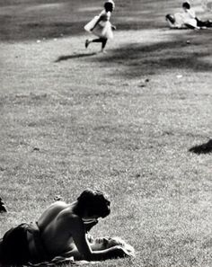 [Photo] Mario Giacomelli, Love In The Park, NYC, 1960.