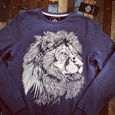 THE BEARHUG CO - LIONFACE - BLUE - SWEATSHIRT #thebearhugco Size Chart, Cute Outfits, Graphic Sweatshirt, Sweatshirts, Drawings, Classic, Sweaters, Mens Tops, Blue
