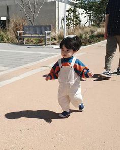La imagen puede contener: 1 persona, niños y exterior Cute Baby Boy, Cute Little Baby, Little Babies, Cute Boys, Baby Kids, Cute Asian Babies, Korean Babies, Asian Kids, Cute Babies