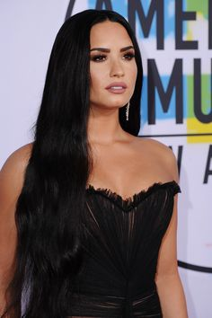 The American Music Awards 2017 (AMAs had stunning hair and makeup looks on the red carpet; featuring Selena Gomez, Lady Gaga, Demi Lovato, and more. Hollywood Heroines, Hollywood Actresses, Selena Gomez, Demi Lovato Body, Celebrity Hair Stylist, Celebrity Makeup, Female Singers, Beautiful Celebrities, Beautiful Women