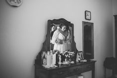 Noiva vestindo vestido de noiva assinado por Julia Pak para casamento em Limeira, no interior de São Paulo. #vestidodenoiva #makingof