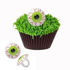 Make Eye of Cthulhu Cupcake for a Terraria Party. Easy Treats they will love with Fun Eyeball Rings.