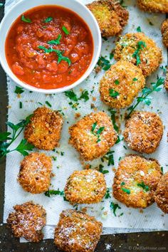 Lasagna Bites - deep fried crispy lasagna pieces with marinara sauce. A delicious and easy appetizer to serve for movie or game night! Fried Mac And Cheese, Mac And Cheese Homemade, Macaroni And Cheese, Cheese Bites, Cheese Ball, Lasagna Bites, Fried Lasagna, Fingerfood Party, Snacks Für Party
