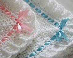 Manta de ganchillo hecho a mano, precioso, es un ideal que cubre para su bebé.  Dimensiones:  26 x 30  hilado de acrílico 100%  Usted puede comprar un juego de manta y sombrero http://www.etsy.com/listing/93978775/crochet-baby-hat-beanie-0-12-months  o Otras mantas de mi tienda http://www.etsy.com/shop/HandmadeByHallien?section_id=10043477  No dude en comprar