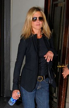 What to Wear on a Plane: Black Blazer, black tee, and Jeans jennifer aniston Estilo Jennifer Aniston, Jenifer Aniston, Jennifer Aniston Glasses, Mode Outfits, Stylish Outfits, Fashion Outfits, Fall Outfits, Look Jean, Casual Chique