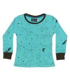 Pijama para nene color torquesa con ilustraciones de constelaciones. Mangas y cuello color negro.