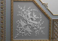 Изящная позолоченная гипсовая лепнина на потолке обрамляет легкую роспись