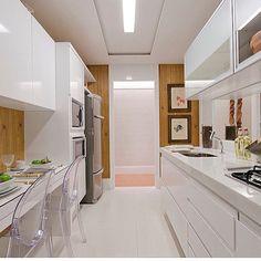 Cozinha branca com detalhes em madeira