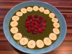 Smoothiebowl mit Giersch, Brennessel, Löwenzahn, Spinat, Bananen u. Birnen, Yummy
