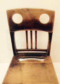 De stoel van Josef Olbrich in het Leopold Museum lijkt bang dat er iemand op 'm gaat zitten. (via  @PeterZunneberg)