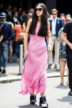 Street style da italiana Gilda Ambrosio com vestido longo rosa + tênis.
