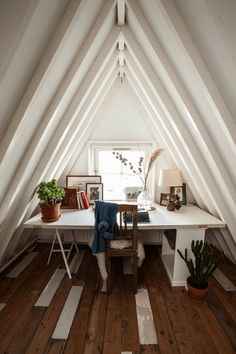 Attic ideas, find inspiration for bedroom ideas storage rooms master DIY to add to your home - small attic bedroom ideas Attic Bedroom Small, Attic Rooms, Attic Spaces, Small Spaces, Attic Bathroom, Attic House, Attic Floor, Attic Playroom, Bathroom Black