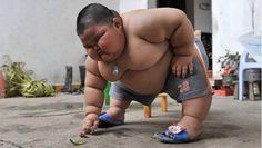 Chinese kleuter van 60 kilo - Lu Hao uit Dashan heeft het opmerkelijk gewicht van 60 kilogram. De kleuter wordt door zijn ouder gevoed met grote maaltijden. Dit omdat zijn ouders de  woedeaanvallen niet aan kunnen die hij heeft als hij geen eten krijgt.