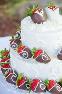 Maui Wedding Cakes - Hawaii Cake Bakers - Textured white wedding cake with chocolate-covered strawberries
