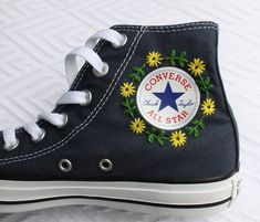 Flower logo embroidered opposite - # Check more at frauenschuhe. - Floral logo embroidered opposite – # Check more at Frauenschuhe. Converse Floral, Converse Noir, Diy Converse, Custom Converse, Converse Style, High Top Converse, Converse Shoes, Vans, Blue Converse Outfit