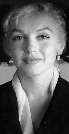 A George Vreeland Hill pin. A George Vreeland Hill pin. A George Vreeland Hill pin. Marylin Monroe, Style Marilyn Monroe, Fotos Marilyn Monroe, Marilyn Monroe Portrait, Hollywood Stars, Classic Hollywood, Old Hollywood, Angelina Jolie, Scarlett Johansson