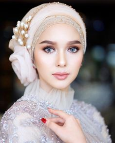 Image may contain: 1 person, closeup According to a sim_ilar Face Lace eye appl. Green Wedding Dresses, Hijab Wedding Dresses, Bridal Hijab, Hijab Bride, Bride Makeup, Wedding Makeup, Wedding Trends, Wedding Styles, Hijab Turban Style