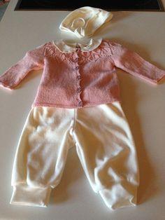 strikket trøje og syet bukser og hue str 0-3 mdr