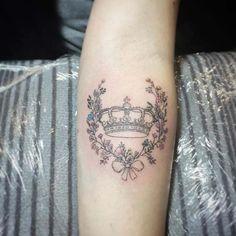 Crown tattoo ideas sweet subtly shaded small tattoos on wrist king Tatoo Crown, Crown Tattoo Design, Crown Tattoos For Women, Best Tattoos For Women, Tattoo Women, Henna Tattoo Hand, Mini Tattoos, Rose Tattoos, Diadem Tattoo
