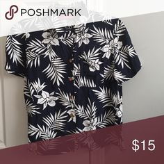 Classic Hawaiian Button Down Gently worn, no flaws. Perfect for summer or a vacation. I encourage questions and reasonable offers 🙂 Gloria Vanderbilt Tops Button Down Shirts