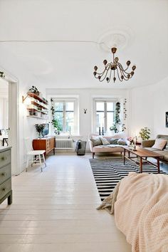 sol en planchers blancs, tapis a rayures blans noirs, plafond blanc