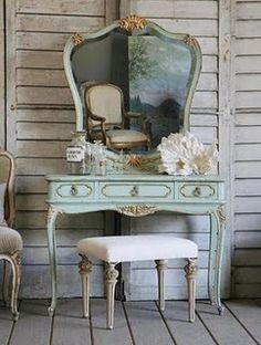 Bu Victorian makyaj masası ve aynasından görünen sandalye, tek bir döneme sınırlı kalamaycak kadar şık...